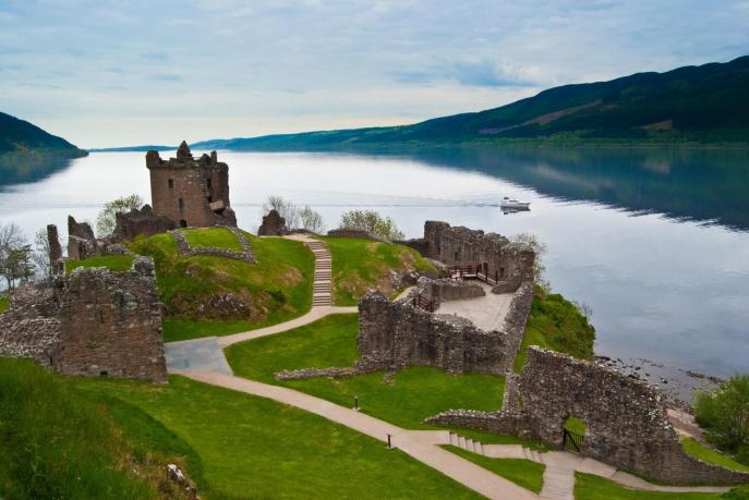 famous-urquhart-castle-at-loch-ness-in-scotland-1600x1071